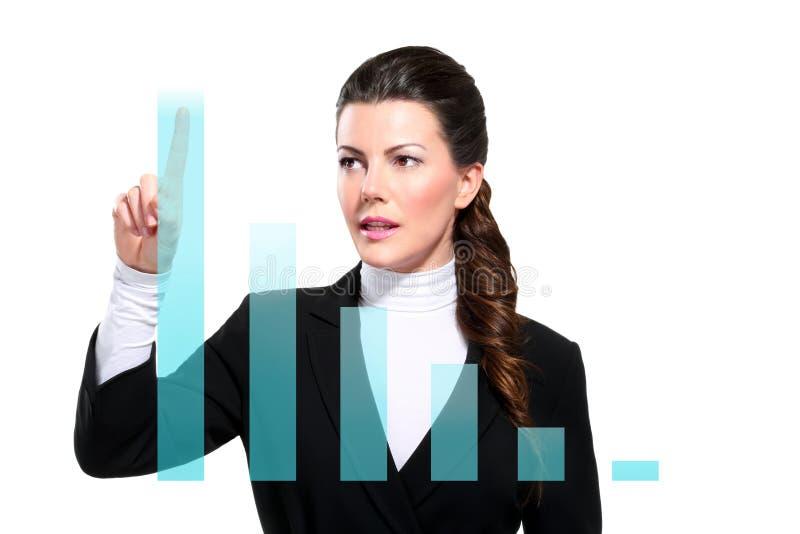 显示数字式图表的新美丽的愉快的女商人 免版税图库摄影