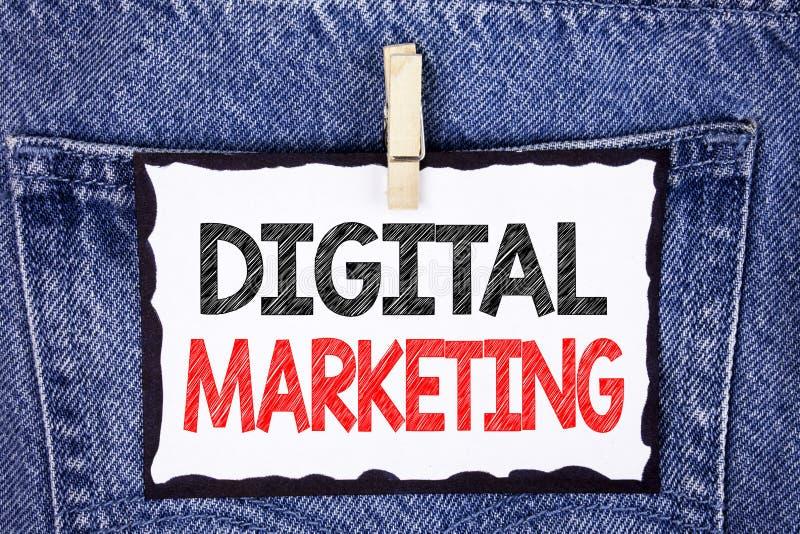 显示数字式行销的文本标志 产品概念性照片战略为在白色S在网上写的数字技术服务 库存照片