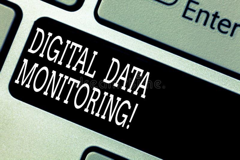 显示数字资料监视的文本标志 概念性数据照片例行检查反对质量管理规则键盘的 免版税库存照片