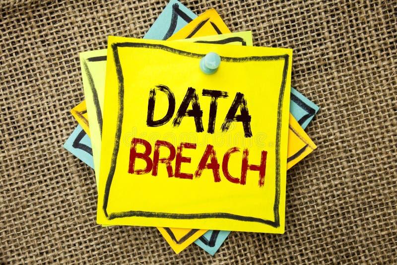 显示数据突破口的文本标志 概念性照片乱砍安全恶意裂缝的被窃取的网络犯罪信息写在稠粘的N 免版税库存图片
