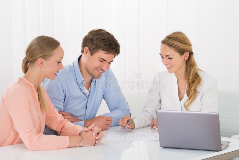 显示文件的顾问对夫妇 库存图片