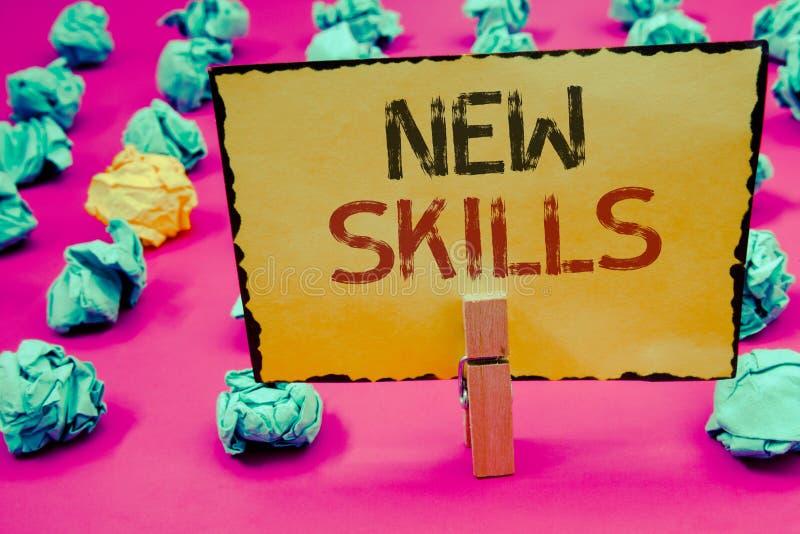 显示新的技能的概念性手文字 陈列最近获取的博学的能力知识CompetencesCl的企业照片 库存图片