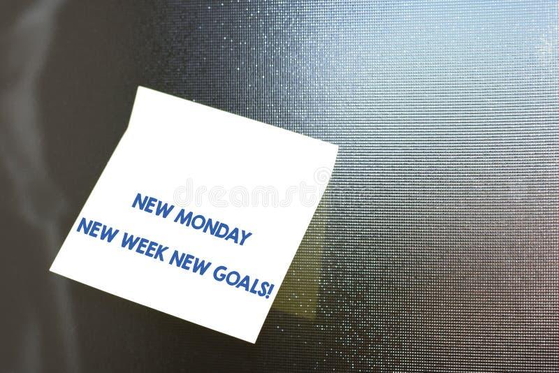 显示新的星期一新的星期新的目标的概念性手文字 企业照片陈列的再见周末开始新鲜 免版税图库摄影