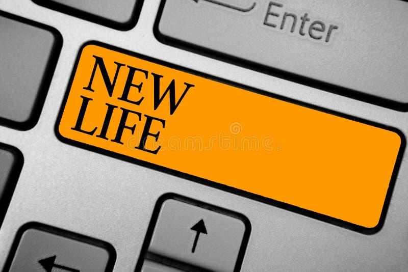 显示新的生活的文本标志 变化概念性照片开始在一把单独或动物键盘橙色钥匙上Inten的存在的 库存图片