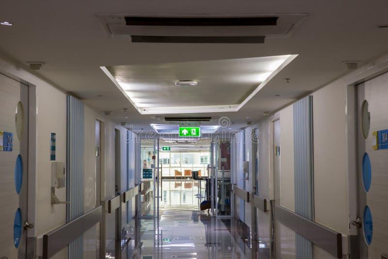 显示方式的绿色紧急出口标志逃脱 在大厦的太平门 免版税库存图片