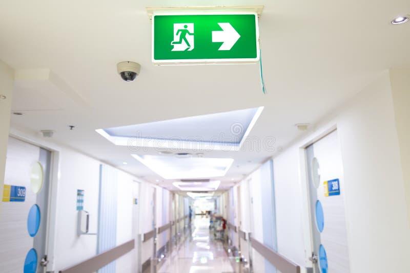 显示方式的绿色紧急出口标志逃脱 在大厦的太平门 免版税图库摄影