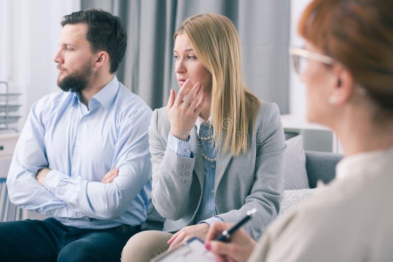 显示无知的已婚夫妇在与心理学家的一次疗期期间 免版税库存图片