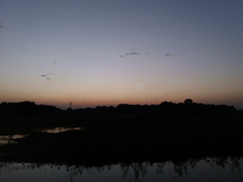 显示日落的自然在晚上 免版税库存图片