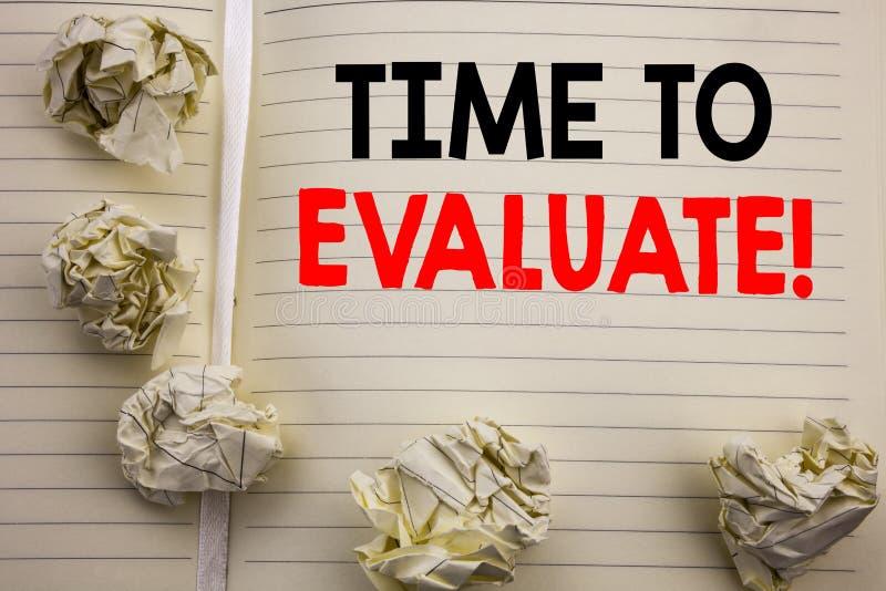 显示时刻的手写的文本评估 企业在笔记薄便条纸写的评估评估的概念文字,白色 库存照片