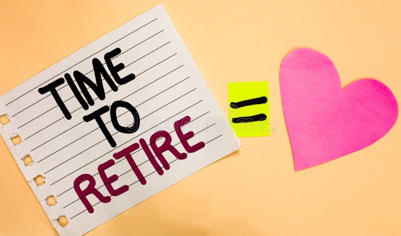 显示时刻的文本标志退休 概念性照片采取运作在年长足够老横向白色p的领抚恤金者状态中止 库存照片