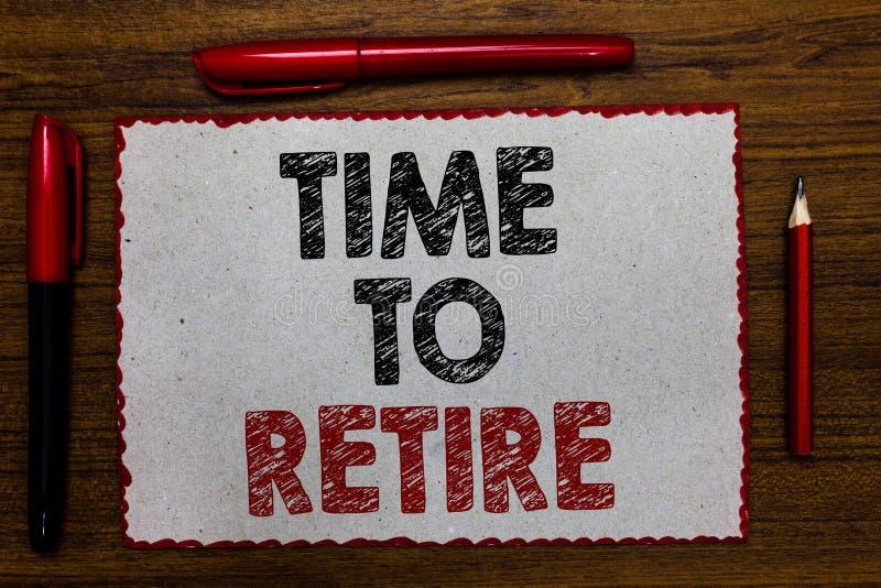 显示时刻的文本标志退休 概念性照片采取运作在年长足够老红色毗邻的白色的领抚恤金者状态中止 库存图片