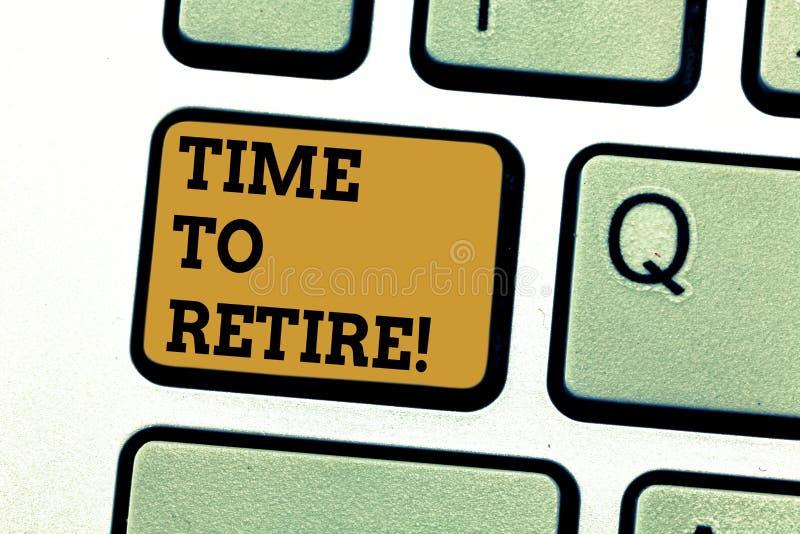 显示时刻的文本标志退休 概念性照片采取运作在年长足够老键盘的领抚恤金者状态中止 免版税库存照片