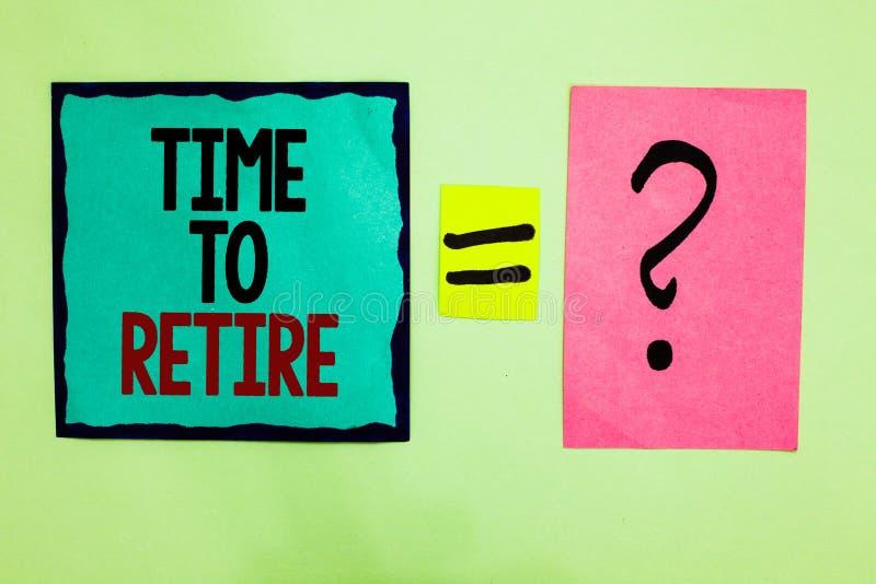 显示时刻的文本标志退休 概念性照片采取运作在年长足够老黑色被排行的writte的领抚恤金者状态中止 库存图片