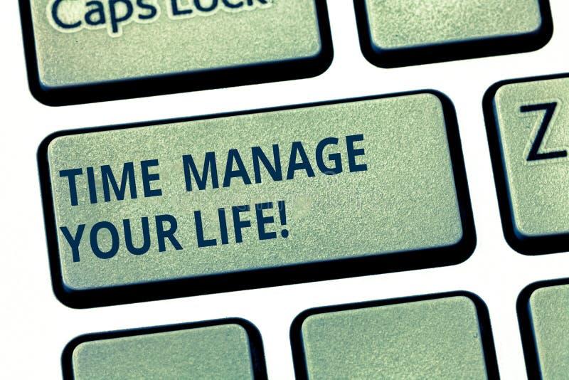 显示时间的文本标志处理您的生活 概念性照片好预定于每天或工作活动键盘键 库存照片