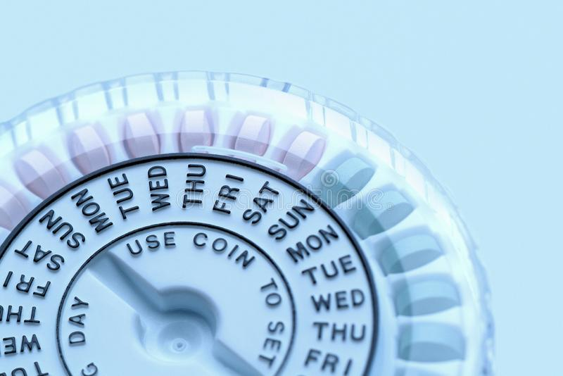 显示星期的避孕药分配器宏观特写镜头  库存照片