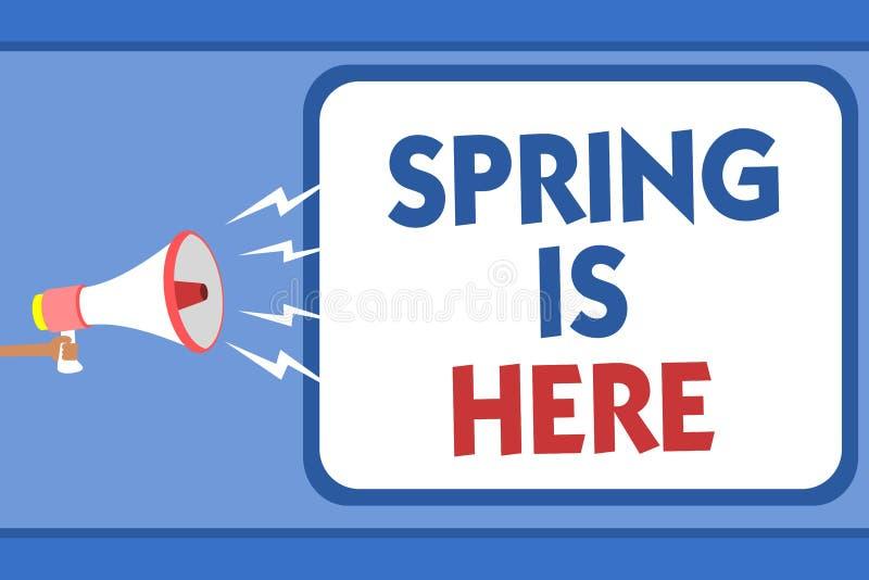 显示春天的文本标志在这里 概念性照片在冬天季节以后到达了享用自然花拿着扩音机的太阳人 库存图片