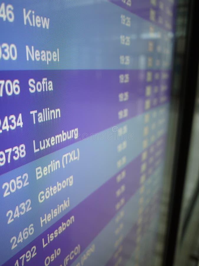 显示显示飞机离开在机场的 免版税库存照片