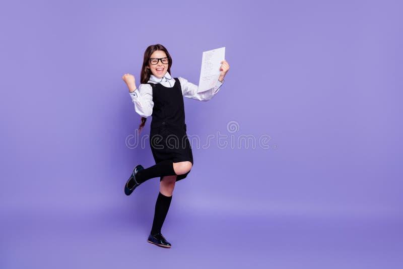 显示最好的全长身体尺寸观点的好可爱的快乐的爽快高兴的确信的有波浪头发的青春期前的女孩 免版税库存图片