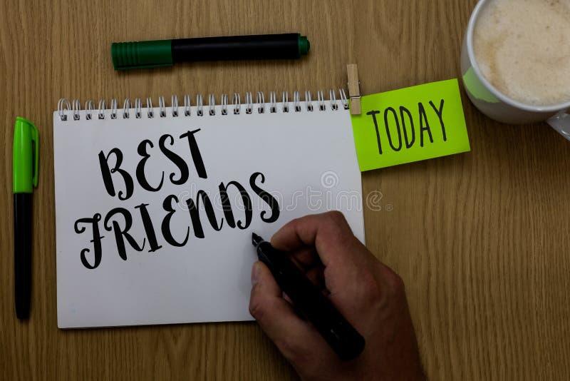 显示最好的朋友的文字笔记 陈列您在举行ma的其他人伙计人上永远重视的A人的企业照片 库存图片