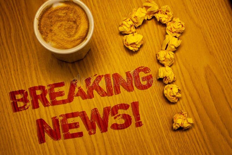 显示最新新闻诱导电话的文本标志 概念性照片更新了书面的新闻报道最新的信息字书桌Cof 免版税库存照片