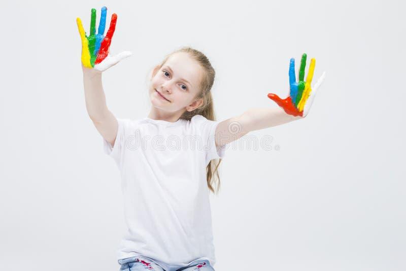 显示杂乱五颜六色的手的滑稽的女孩画象明亮地被绘 库存照片