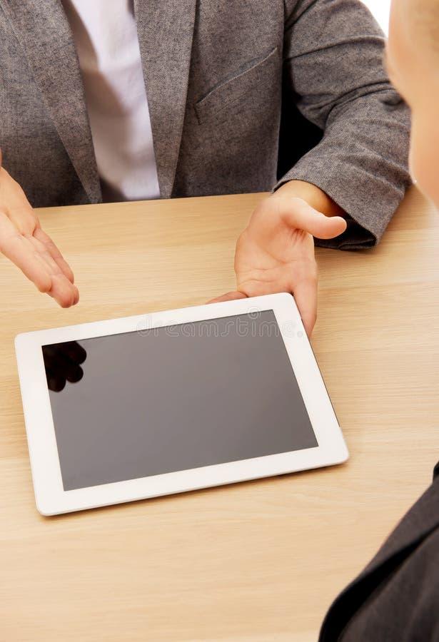 显示某事在片剂的企业会议人 免版税库存照片