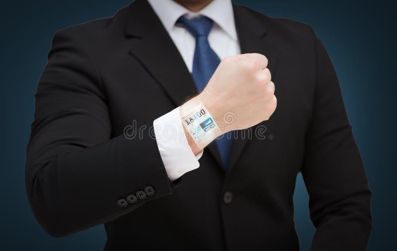 显示某事的商人在他的手 免版税库存照片