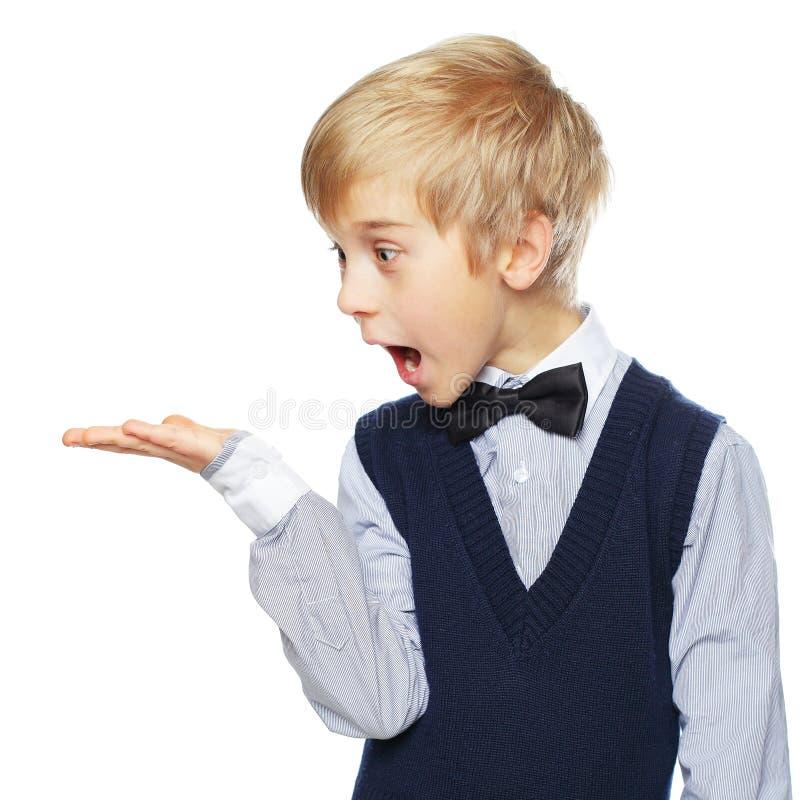 显示某事的惊奇的男孩 免版税库存照片