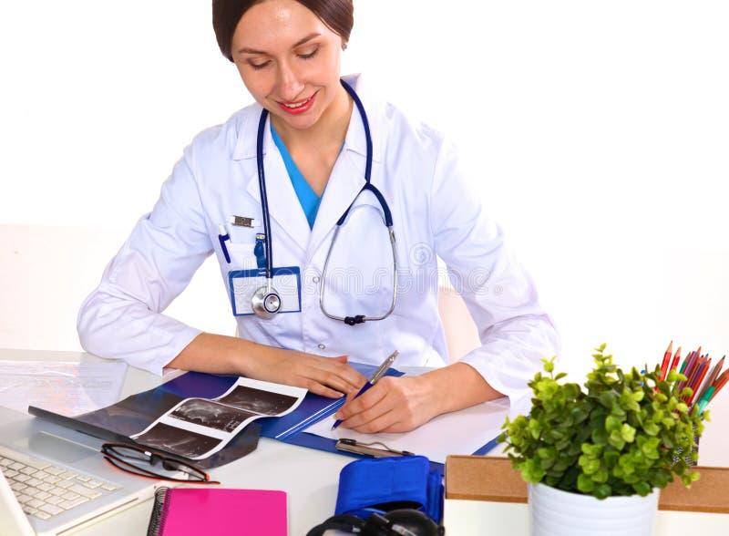 显示标志或copyspace的愉快的微笑的年轻美丽的女性医生空白的区域,被隔绝在白色背景 免版税库存图片
