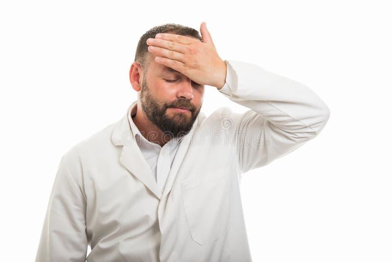 显示检查热病姿态的男性医生画象 免版税库存照片