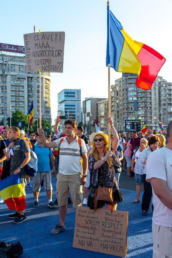 显示横幅的一对年轻夫妇在犹太人散居地抗议 库存照片