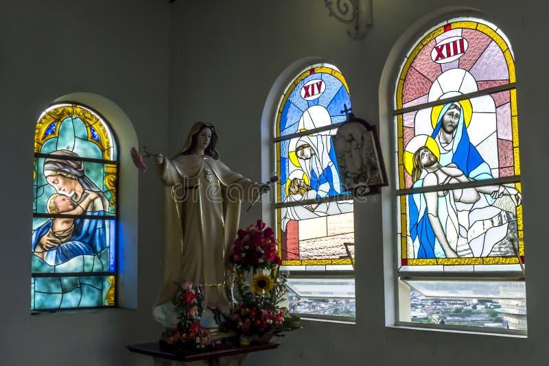 显示污迹玻璃窗的教堂的美好的内部在圣安娜小山山顶在瓜亚基尔在厄瓜多尔 图库摄影