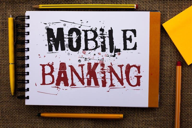 显示流动银行业务的文字笔记 陈列网上现款支付和交易真正银行的企业照片发短信给白色没有 免版税库存照片