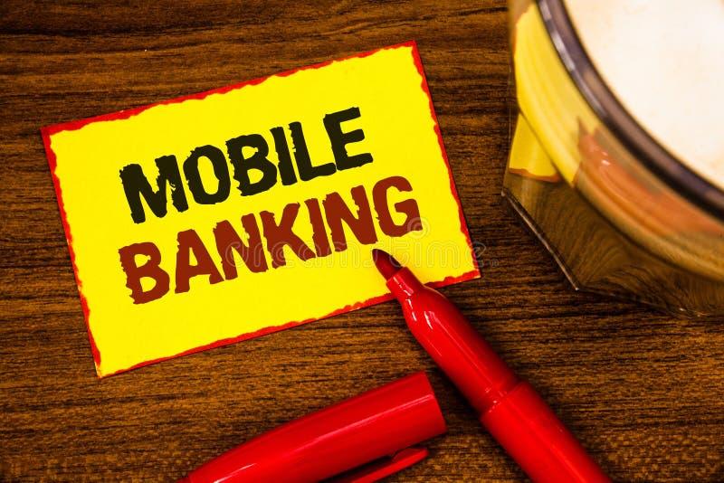 显示流动银行业务的文字笔记 陈列网上现款支付和交易真正银行的企业照片措辞黄色p 图库摄影
