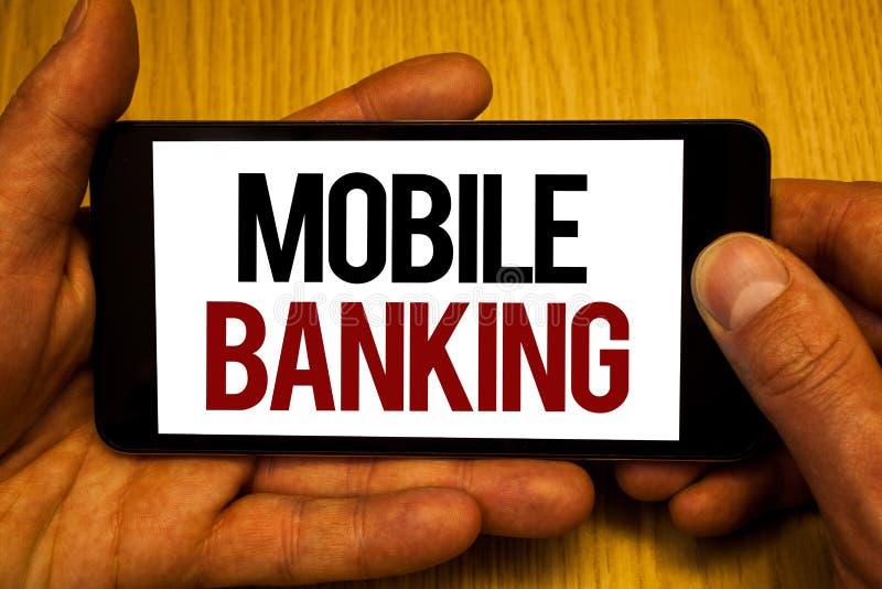 显示流动银行业务的文本标志 概念性照片网上现款支付和交易真正举行黑pho的银行两手 免版税库存图片