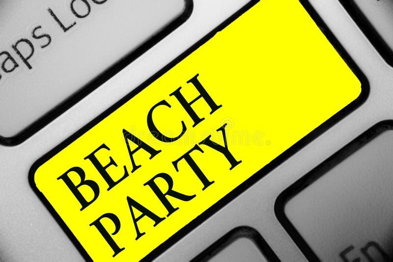 显示海滩党的概念性手文字 陈列小或大节日的企业照片在通常佩带双的海岸举行了 库存图片