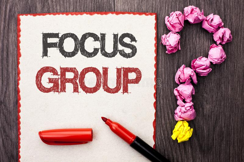 显示焦点群的文字笔记 陈列交互式集中的计划会议调查的企业照片聚焦了写 免版税库存照片