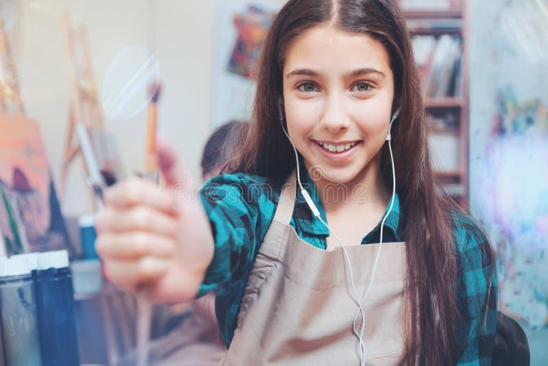 显示照相机的不可思议的秀丽的女孩画笔 库存照片