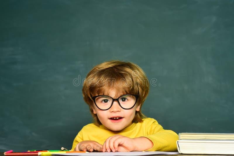 ?? 显示父母与好成绩的学校或学院学生一个测试   ?? ?? 免版税库存图片