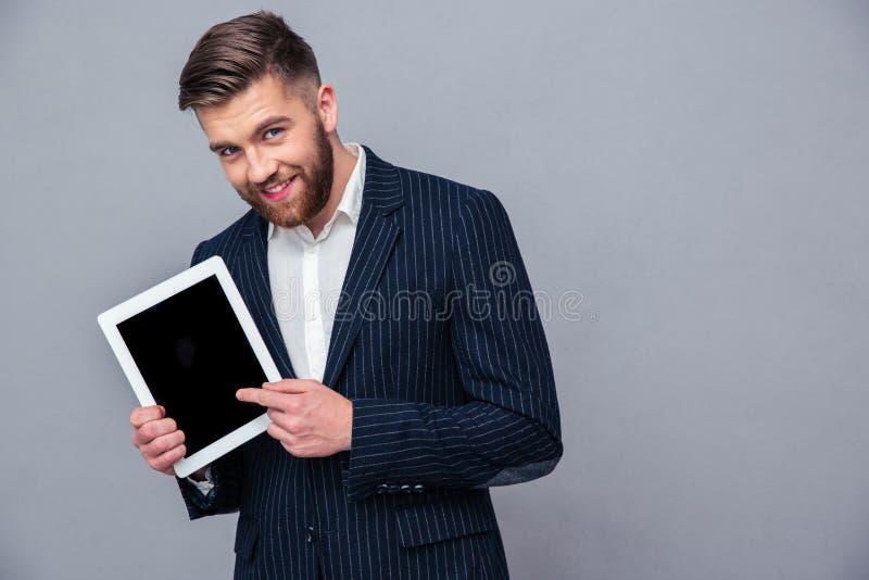 显示片剂屏幕的愉快的商人 库存图片