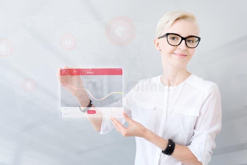 显示片剂的高兴正面妇女 免版税图库摄影