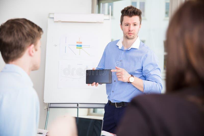 显示片剂计算机的商人对同事 免版税图库摄影