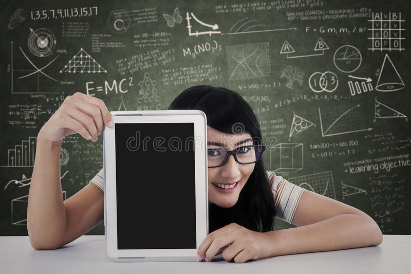 显示片剂计算机的大学生在类 免版税图库摄影