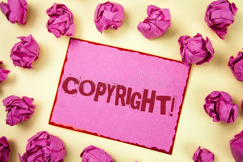 显示版权诱导电话的文字笔记 陈列对知识产权说不海盗行为的企业照片书面  免版税库存照片