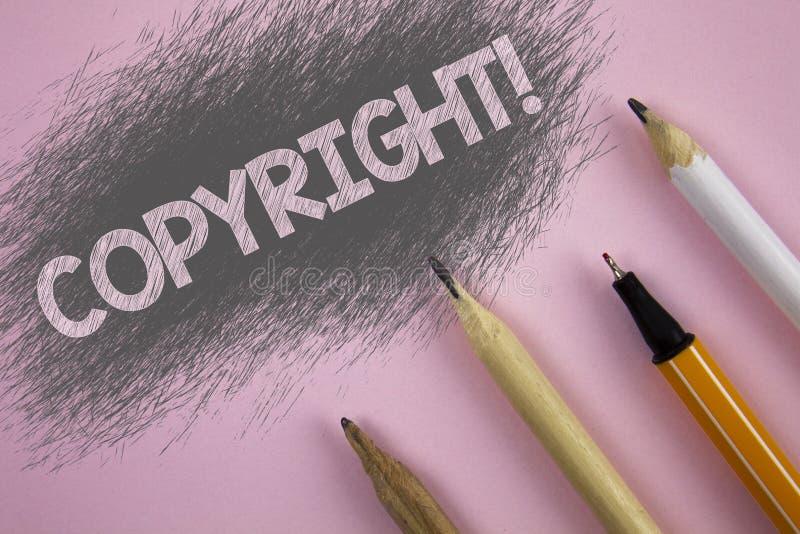 显示版权诱导电话的文本标志 对概念性的照片在桃红色backgrou写的知识产权海盗行为说不 库存照片