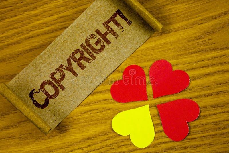显示版权诱导电话的文本标志 对概念性的照片在被折叠的Cardbo写的知识产权海盗行为说不 免版税库存图片