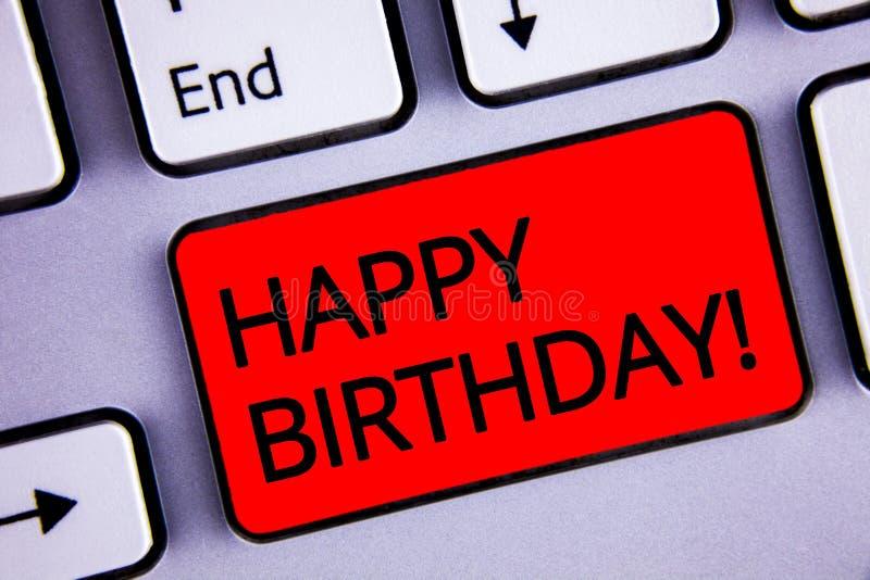 显示生日快乐诱导电话的文本标志 庆祝周年键盘红色关键blac的概念性照片祝贺 库存图片