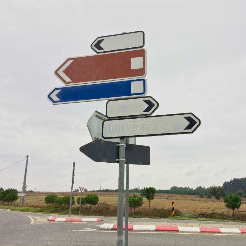 显示用不同的方向的交通标志 免版税库存图片