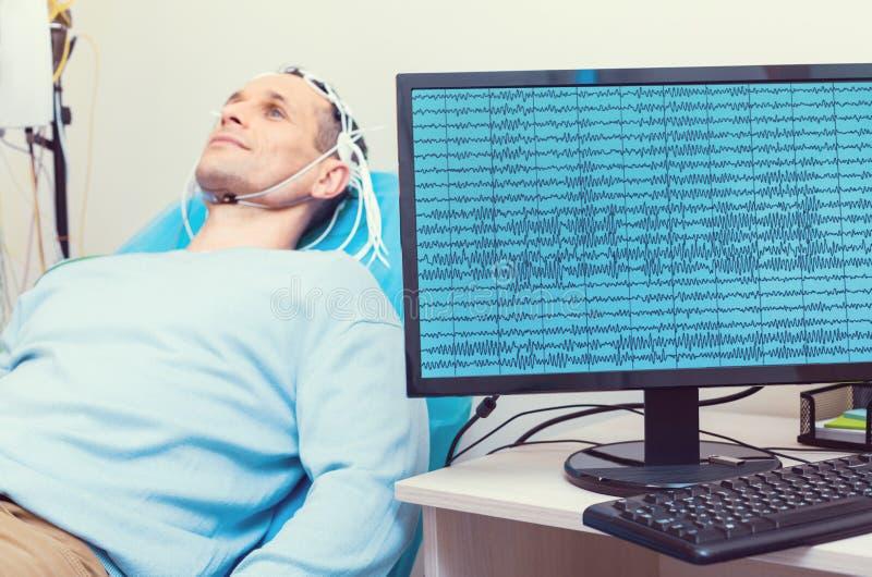 显示男性患者的脑波个人计算机在实验室 免版税库存图片
