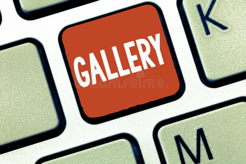 显示画廊的概念性手文字 企业照片陈列的室大厦显示销售艺术作品陈列 免版税库存图片